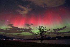 Polarlichter über einem See in Skandinavien